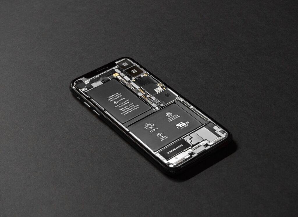iPhone X offen auf schwarzen Hintergrund