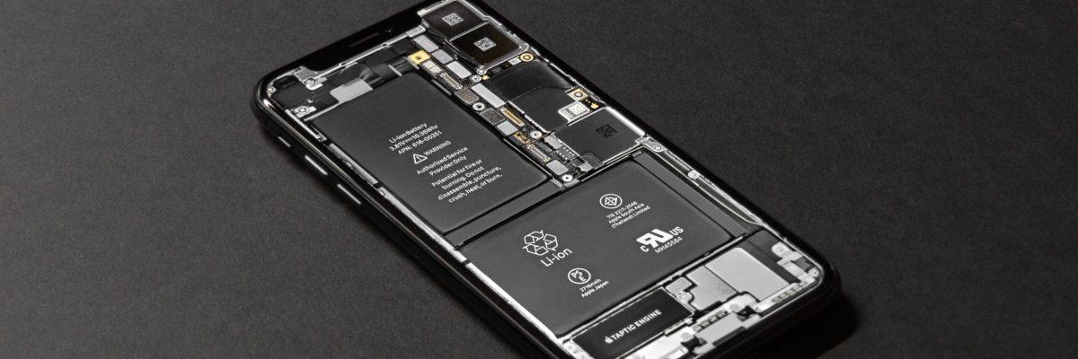 offenes iPhone X auf schwarzem Hintergrund