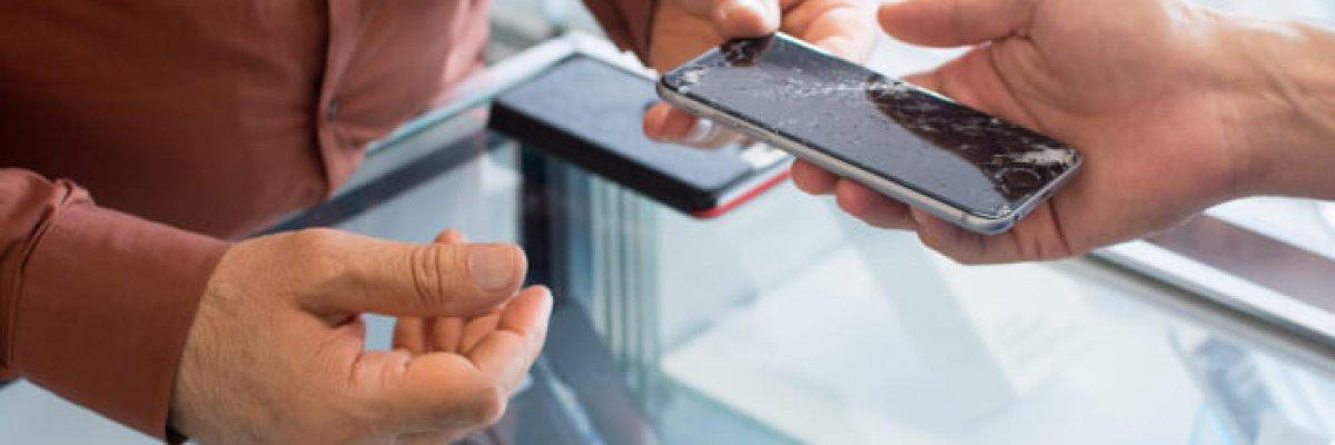 Übergabe eines kaputten iPhones - iPhone Reparatur St.Gallen